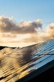 Ζωηρόχρωμη λεπτομέρεια των φωτοβολταϊκών επιτροπών στο ηλιοβασίλεμα Στοκ Εικόνα
