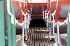 Ζωηρόχρωμη εσωτερική διάταξη θέσεων σε ένα εκλεκτής ποιότητας λεωφορείο Στοκ Εικόνα