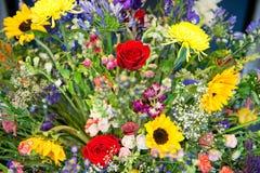 Ζωηρόχρωμη εσωτερική ρύθμιση των θερινών λουλουδιών Στοκ Εικόνες