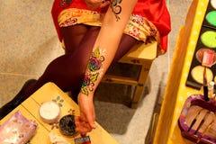 Ζωηρόχρωμη ζωγραφική σε ένα δέρμα ή Facepainting με τη βούρτσα Στοκ εικόνα με δικαίωμα ελεύθερης χρήσης