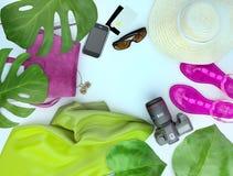 Ζωηρόχρωμη θερινή θηλυκή μόδα Καπέλο αχύρου, ρόδινη τσάντα δέρματος, κάμερα, σανδάλια, γυαλιά ηλίου, κλάδοι φοινικών που βρίσκοντ στοκ εικόνα με δικαίωμα ελεύθερης χρήσης