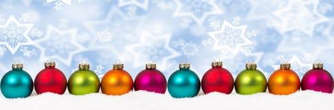 Ζωηρόχρωμη διακόσμηση εμβλημάτων χειμερινού χιονιού σφαιρών Χριστουγέννων copyspace Στοκ Φωτογραφία