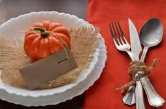 Ζωηρόχρωμη διακόσμηση φθινοπώρου για το εορταστικό γεύμα Στοκ Εικόνες