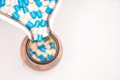 Ζωηρόχρωμη ιατρική κάψα φαρμάκων που πέφτει από medicaltray στοκ φωτογραφία