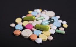 Ζωηρόχρωμη ιατρική Φαρμακείο στο μαύρο υπόβαθρο στοκ εικόνες