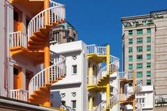 Ζωηρόχρωμη ιστορική αποκατεστημένη σπειροειδής σκάλα στη Σιγκαπούρη Στοκ Εικόνα