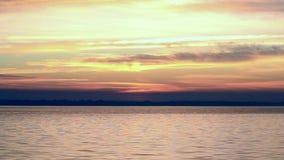 Ζωηρόχρωμη κίνηση σύννεφων πέρα από την επιφάνεια νερού στην αυγή Χρονικό σφάλμα φιλμ μικρού μήκους