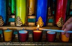 Ζωηρόχρωμη καθολική εκκλησία κεριών Στοκ εικόνες με δικαίωμα ελεύθερης χρήσης