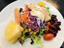 Ζωηρόχρωμη και yummy φυτική σαλάτα στοκ εικόνες