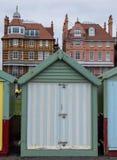 Ζωηρόχρωμη καλύβα παραλιών καραμελών ριγωτή ξύλινη στο μέτωπο θάλασσας ανυψωμένος, Σάσσεξ, UK στοκ φωτογραφίες με δικαίωμα ελεύθερης χρήσης