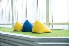 Ζωηρόχρωμη καρέκλα beanbag για το πικ-νίκ στοκ φωτογραφία