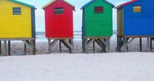 Ζωηρόχρωμη καλύβα παραλιών στην παραλία φιλμ μικρού μήκους