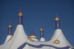 Ζωηρόχρωμη κορυφή σκηνών τσίρκων Στοκ Φωτογραφίες