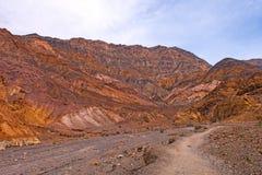 Ζωηρόχρωμη κορυφογραμμή επάνω από ένα φαράγγι ερήμων στοκ φωτογραφία με δικαίωμα ελεύθερης χρήσης