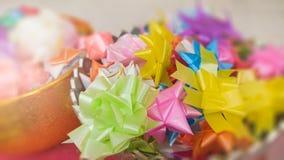 Ζωηρόχρωμη κορδέλλα που διαμορφώνει τα αστέρια και τα λουλούδια Στοκ εικόνες με δικαίωμα ελεύθερης χρήσης