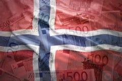 Ζωηρόχρωμη κυματίζοντας νορβηγική σημαία σε ένα ευρο- υπόβαθρο στοκ εικόνα