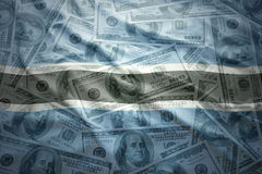Ζωηρόχρωμη κυματίζοντας σημαία της Μποτσουάνα σε ένα υπόβαθρο χρημάτων δολαρίων Στοκ φωτογραφία με δικαίωμα ελεύθερης χρήσης