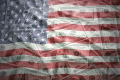 Ζωηρόχρωμη κυματίζοντας σημαία των Ηνωμένων Πολιτειών της Αμερικής σε ένα αμερικανικό υπόβαθρο χρημάτων δολαρίων Στοκ εικόνες με δικαίωμα ελεύθερης χρήσης