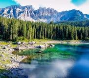 Ζωηρόχρωμη λίμνη με τα βουνά dolommites στοκ εικόνες