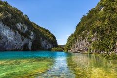 Ζωηρόχρωμη λίμνη που πλαισιώνεται από τους απότομους βράχους - λίμνες Plitvice στο εθνικό πάρκο Plitvice, Κροατία Στοκ εικόνα με δικαίωμα ελεύθερης χρήσης