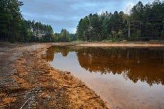 Ζωηρόχρωμη λίμνη στο προηγούμενο υπαίθριο ορυχείο Στοκ εικόνες με δικαίωμα ελεύθερης χρήσης