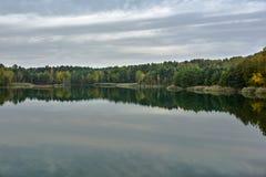 Ζωηρόχρωμη λίμνη στο προηγούμενο υπαίθριο ορυχείο Στοκ Εικόνες