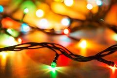 Ζωηρόχρωμη μακρο γιρλάντα Χριστουγέννων στο άσπρο υπόβαθρο Στοκ φωτογραφίες με δικαίωμα ελεύθερης χρήσης