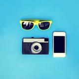 Ζωηρόχρωμη μόδα καθορισμένη - αναδρομική κάμερα, έξυπνο τηλέφωνο οθόνης με το yel Στοκ Φωτογραφία