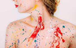 Ζωηρόχρωμη νέα γυναίκα στο χρώμα, τους ώμους και τα χείλια Στοκ Φωτογραφία