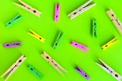 ζωηρόχρωμη ξύλινη καρφίτσα ενδυμάτων, συνδετήρας εγγράφου Στοκ εικόνα με δικαίωμα ελεύθερης χρήσης