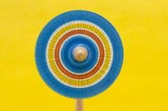 Ζωηρόχρωμη ξύλινη περιστροφή στο κίτρινο κλίμα στοκ φωτογραφίες με δικαίωμα ελεύθερης χρήσης