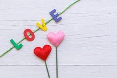 Ζωηρόχρωμη ξύλινη λέξη αλφάβητου και ΑΓΑΠΗΣ άσπρο σε ξύλινο Στοκ Φωτογραφία