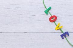 Ζωηρόχρωμη ξύλινη λέξη αλφάβητου και ΑΓΑΠΗΣ άσπρο σε ξύλινο Στοκ φωτογραφίες με δικαίωμα ελεύθερης χρήσης