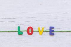 Ζωηρόχρωμη ξύλινη λέξη αλφάβητου και ΑΓΑΠΗΣ άσπρο σε ξύλινο Στοκ εικόνα με δικαίωμα ελεύθερης χρήσης