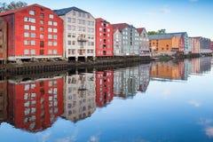 Ζωηρόχρωμη ξύλινη στάση σπιτιών διαβίωσης σε μια σειρά Στοκ Εικόνα