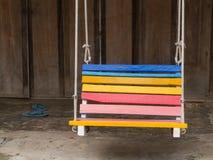 Ζωηρόχρωμη ξύλινη ταλάντευση στοκ εικόνες με δικαίωμα ελεύθερης χρήσης