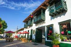 Ζωηρόχρωμη οδός με την ποικιλία των καταστημάτων σε Curiti, Κολομβία στοκ φωτογραφία