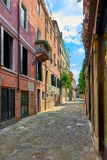 Ζωηρόχρωμη οδός σε Burano, κοντά στη Βενετία, Ιταλία Στοκ φωτογραφίες με δικαίωμα ελεύθερης χρήσης