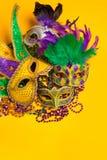 Ζωηρόχρωμη ομάδα Mardi Gras ή ενετικής μάσκας σε κίτρινο Στοκ Εικόνες