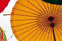 Ζωηρόχρωμη ομπρέλα κινηματογραφήσεων σε πρώτο πλάνο που διακοσμείται στο νέο φεστιβάλ έτους στοκ φωτογραφία