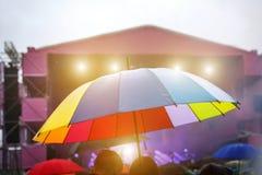 Ζωηρόχρωμη ομπρέλα στη βροχή Υπαίθριο φεστιβάλ μουσικής Στοκ φωτογραφία με δικαίωμα ελεύθερης χρήσης