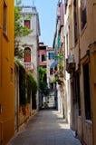 Ζωηρόχρωμη οδός στη Βενετία στοκ εικόνες