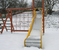 Ζωηρόχρωμη παιδική χαρά σε ένα πάρκο κατά τη διάρκεια της χιονοθύελλας Στοκ Φωτογραφία