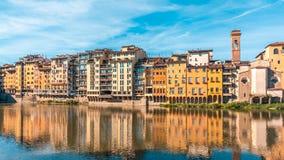 Ζωηρόχρωμη παλαιά γραμμή κτηρίων ο ποταμός Arno στη Φλωρεντία, Ιταλία στοκ φωτογραφία