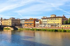 Ζωηρόχρωμη παλαιά γραμμή κτηρίων ο ποταμός Arno στη Φλωρεντία, Ιταλία στοκ εικόνα με δικαίωμα ελεύθερης χρήσης
