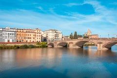 Ζωηρόχρωμη παλαιά γραμμή κτηρίων ο ποταμός Arno στη Φλωρεντία, Ιταλία στοκ φωτογραφία με δικαίωμα ελεύθερης χρήσης
