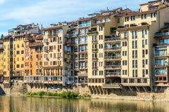 Ζωηρόχρωμη παλαιά γραμμή κτηρίων ο ποταμός Arno στη Φλωρεντία, Ιταλία στοκ εικόνες
