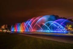 Ζωηρόχρωμη πηγή τη νύχτα στο πάρκο της επιφύλαξης στη Λίμα, Π Στοκ Εικόνες