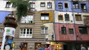 Ζωηρόχρωμη πρόσοψη Hundertwasserhaus απόθεμα βίντεο