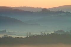 Ζωηρόχρωμη πτώση παγώματος Τοπίο λόφων βουνών φθινοπώρου της Misty Φιλτραρισμένη εικόνα με τη διαγώνια επεξεργασμένη ζωηρή επίδρα Στοκ φωτογραφία με δικαίωμα ελεύθερης χρήσης
